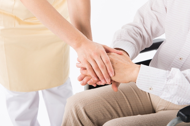 介護現場の人手不足を支える電動昇降洗面台